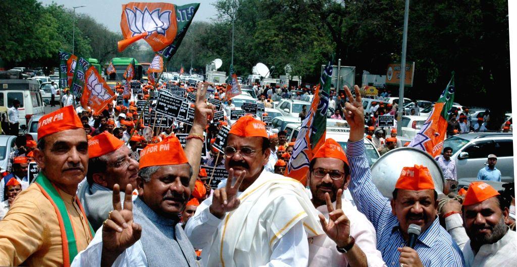 BJP leaders Ravi Shankar Prasad, Venkaiah Naidu, Mukhtar Abbas Naqvi and Harsh Vardhan demonstrate against Election Commission in New Delhi on  May 8, 2014. - Venkaiah Naidu