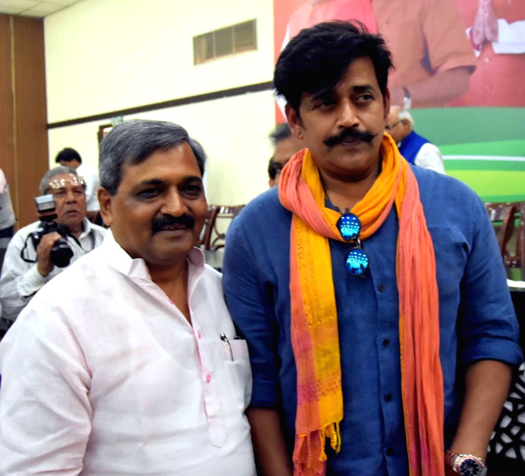 BJP leaders Satish Upadhyay and Ravi Kishan at the launch of party's manifesto for upcoming Delhi MCD Polls in New Delhi on April 16, 2017. - Satish Upadhyay