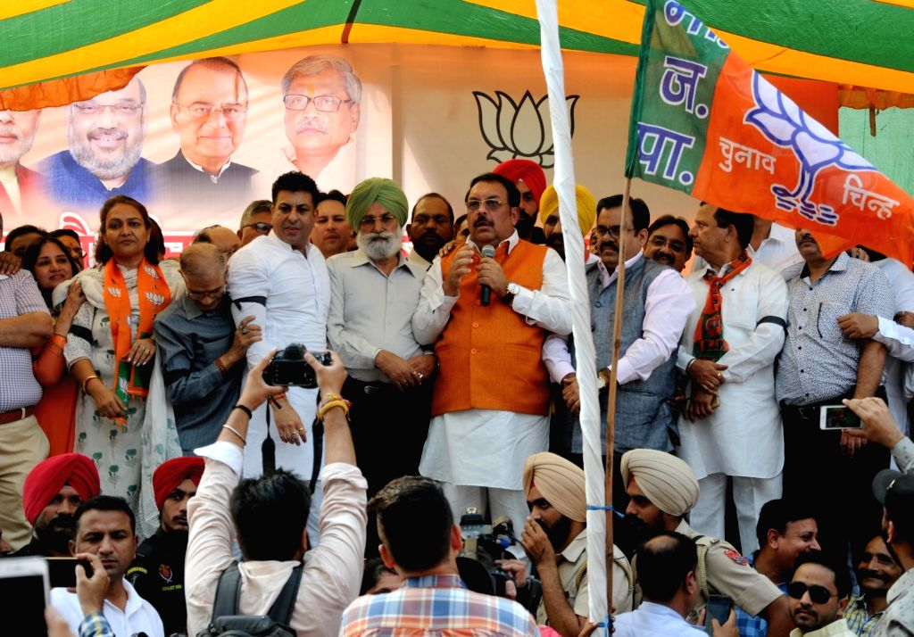 "BJP leaders Shwait Malik and Tarun Chugh during ""Captain Gaddi Chhodo"" Padyatra in Amritsar on Oct 31, 2018. - Gaddi Chhodo and Malik"