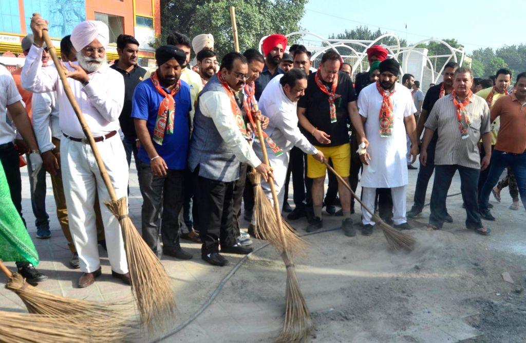 BJP leaders Shwait Malik, Tarun Chugh and others participate in a cleanliness programme organised on Prime Minister Narendra Modi's birthday in Amritsar on Sept 17, 2018. - Narendra Modi and Malik