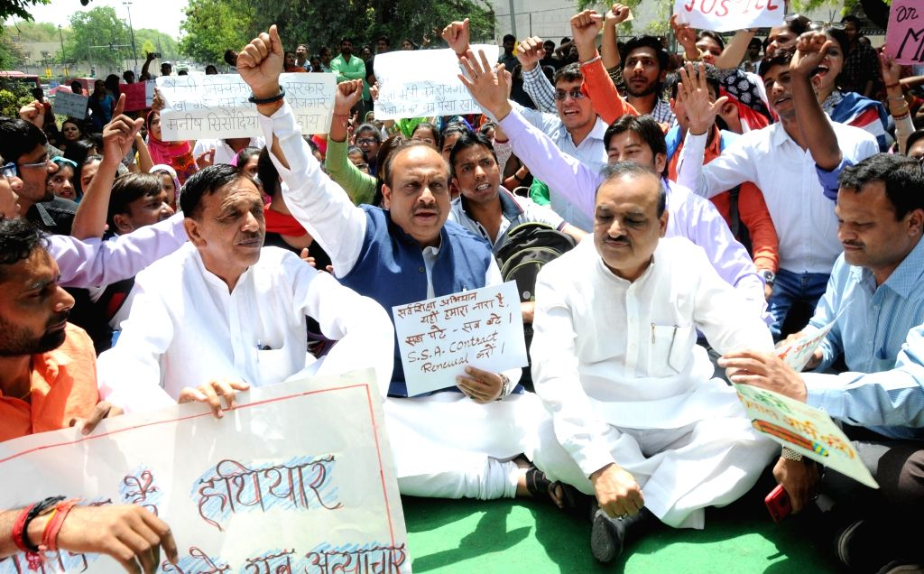 BJP MLAs Vijender Gupta, O P Sharma and Jagdish Pradhan join Delhi contractual teachers protesting outside the residence of Delhi Chief Minister Arvind Kejriwal against termination of ... - Arvind Kejriwal, Vijender Gupta and O P Sharma