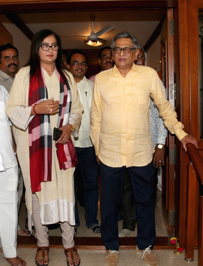 BJP MP and the party's Lok Sabha candidate from Mandya, Sumalatha Ambareesh meets party leader S.M. Krishna at his residence in Bengaluru, on March 15, 2019.