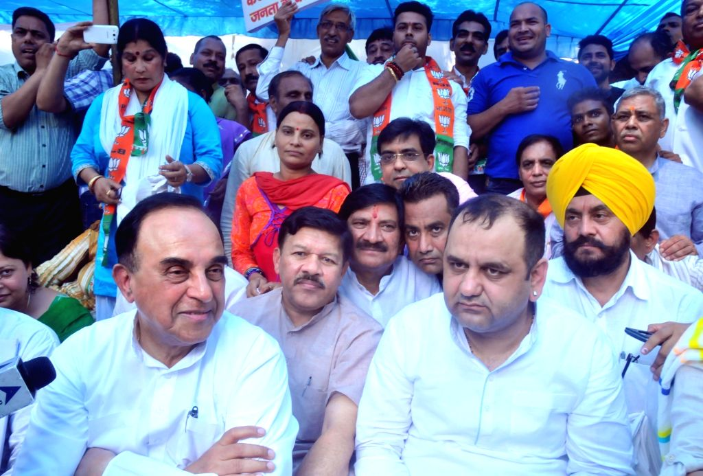 BJP MPs Mahesh Giri and Subramanian Swamy during a demonstration in front of Delhi Chief Minister Arvind Kejriwal's residence in New Delhi, on June 20, 2016. - Arvind Kejriwal