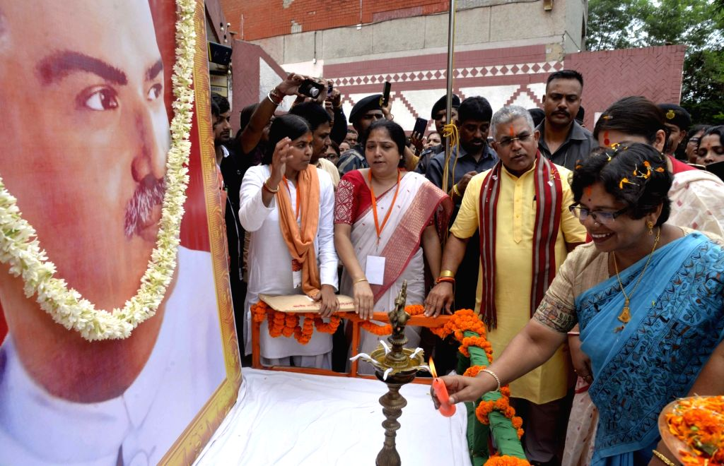 """BJP National Mohila Morcha President Vijaya Rahatkar and the party's West Bengal President Dilip Ghosh pay tributes to Syama Prasad Mukherjee at a workshop on """"One Nation One ... - Dilip Ghosh and Syama Prasad Mukherjee"""