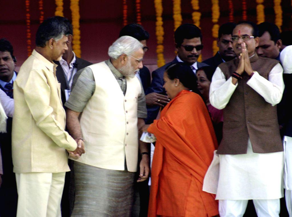 BJP president Rajnath Singh, Gujarat Chief Minister Narendra Modi, Rajasthan Chief Minister Vasundhara Raje, Telugu Desam Party (TDP) Chief N. Chandrababu Naidu and other senior leaders during the ... - Narendra Modi, Rajnath Singh and N. Chandrababu Naidu