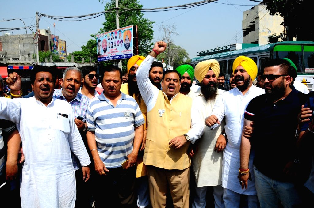 BJP's National Secretary Tarun Chugh and SAD leader Gurpartap Singh Tikka during BJP-SAD's joint demonstration against Indian Oversees Congress chief Sam Pitroda's remarks on 1984 anti-Sikh ... - Gurpartap Singh Tikka