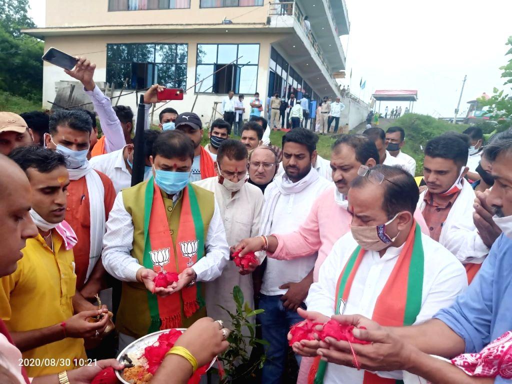 "BJP state president and MP Suresh Kashyap under the 'Prakriti Vandan' program in Dehra, planted trees and did ""Prakriti Vandan"" for the purpose of conservation of environment and ... - Suresh Kashyap"