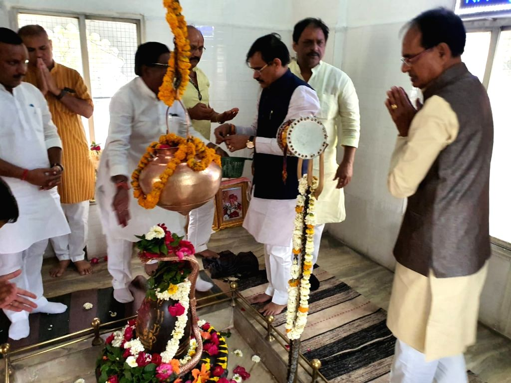 BJP Vice-President and former Madhya Pradesh Chief Minister Shivraj Singh Chouhan offers prayers at a temple in Bhopal on March 20, 2020. - Shivraj Singh Chouhan