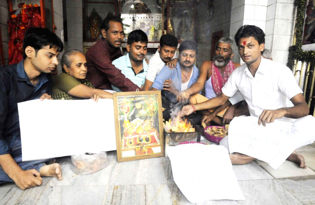 BJP workers conduct a `havan` to pray for the well being of those marooned in Kashmir floods, in Patna on Sept 8, 2014.