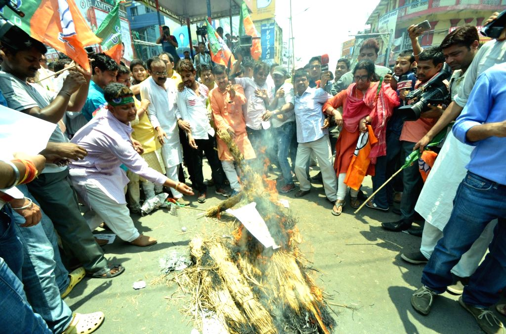 BJP workers demonstrate against RJD chief Lalu Prasad and Bihar Chief Minister Nitish Kumar to protest against attack on the BJP office and its workers in Patna on May 18, 2017. - Nitish Kumar