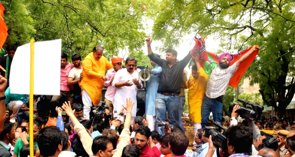 BJP workers led by Delhi BJP chief Satish Upadhyay stage a demonstration outside the residence of Delhi Chief Minster Arvind Kejriwal on May 24, 2016. - Satish Upadhyay