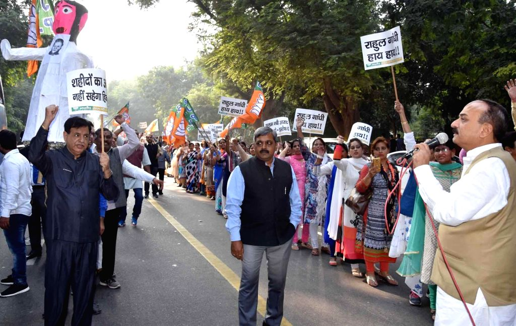 BJP workers led by Delhi party chief Satish Upadhyay stage a demonstration against Congress leaders Gulam Nabi Azad, Pramod Tiwari over their remark comparing the people standing in the ... - Modi and Satish Upadhyay