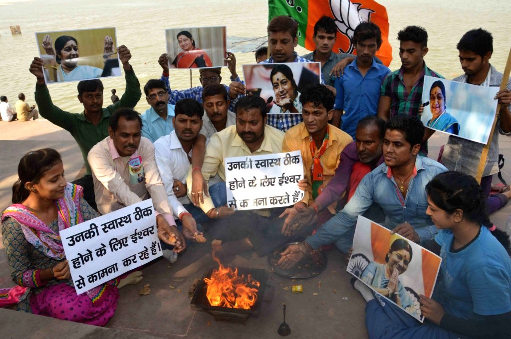 """BJP workers perform """"Yajna"""" for quick recovery of External Affairs Minister Sushma Swaraj health in Patna on Nov. 17, 2016. Sushma Swaraj has been admitted to the All India Institute ... - Sushma Swaraj"""