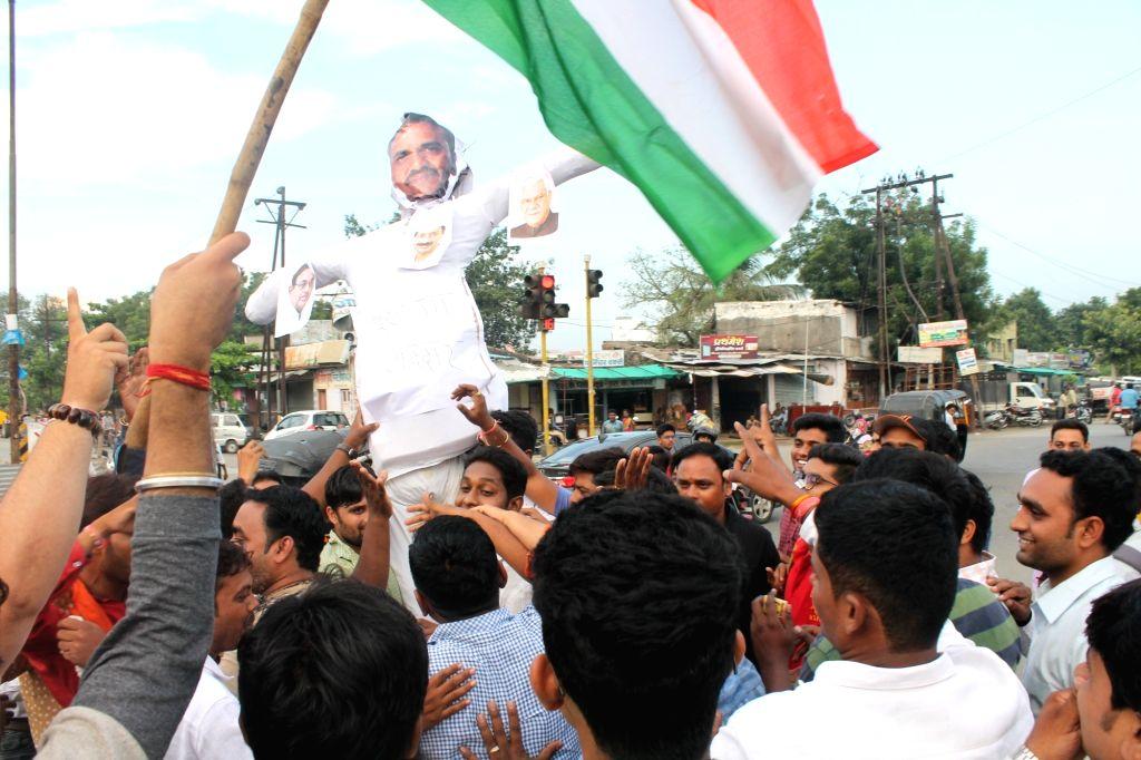 BJP workers stage a demonstration against Congress leader Sanjay Nirupam and Delhi Chief Minister Arvind Kejriwal in Nagpur on Oct 5, 2016. - Arvind Kejriwal