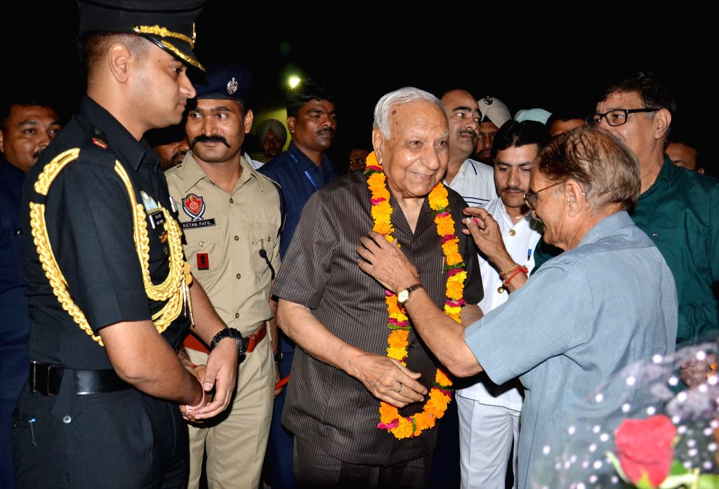 BJP workers welcome Governor of Chhattisgarh Balram Das Tandon as he arrives in Amritsar on Aug 31, 2014.