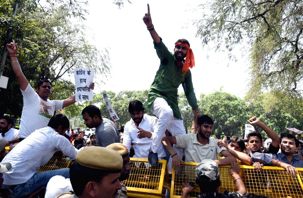 BJP Yuva Morcha workers stage a demonstration outside Congress Vice President Sonia Gandhi's residence in New Delhi, on April 2, 2017. - Sonia Gandhi