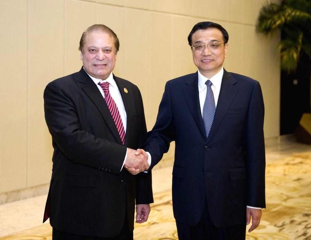 Chinese Premier Li Keqiang (R) meets with Pakistani Prime Minister Muhammad Nawaz Sharif, in Boao, south China's Hainan Province, April 10, 2014.  Muhammad Nawaz ...