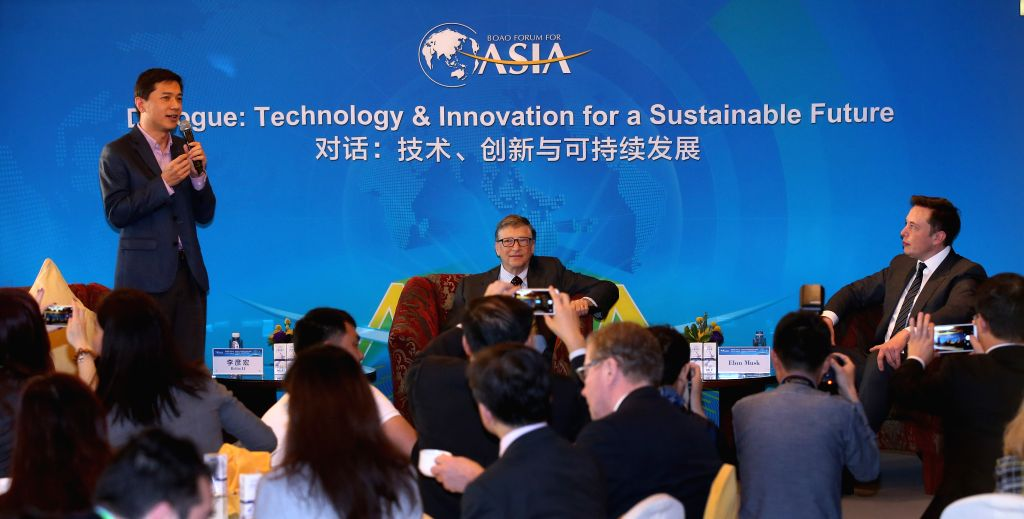 """Chairman and CEO of Baidu Robin Li (L Rear) chairs the breakfast meeting with the theme of """"Dialogue: Technology & Innovation for a Sustainable Future"""" ..."""