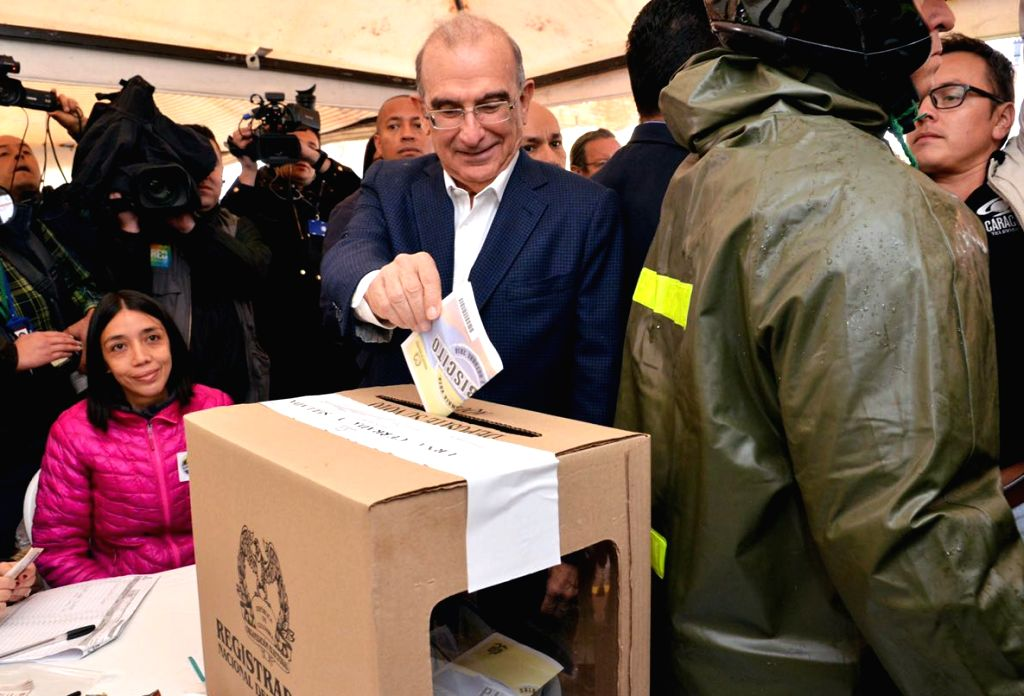 BOGOTA, Oct. 2, 2016 - Humberto de la Calle (C), head negotiator of the Colombian government in the peace talks with the Armed Revolutionary Forces of Colombia (FARC), casts his ballot during the ...