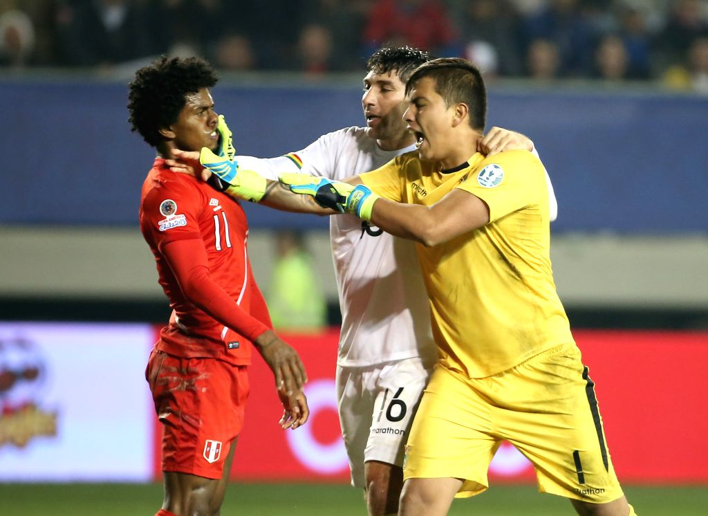 Bolivia's goalkeeper Romel Quinonez (R) and Ronald Raldes (C) dispute with Peru's Yordy Reyna during their quarterfinal match at 2015 Copa America Chile in Temuco, ...