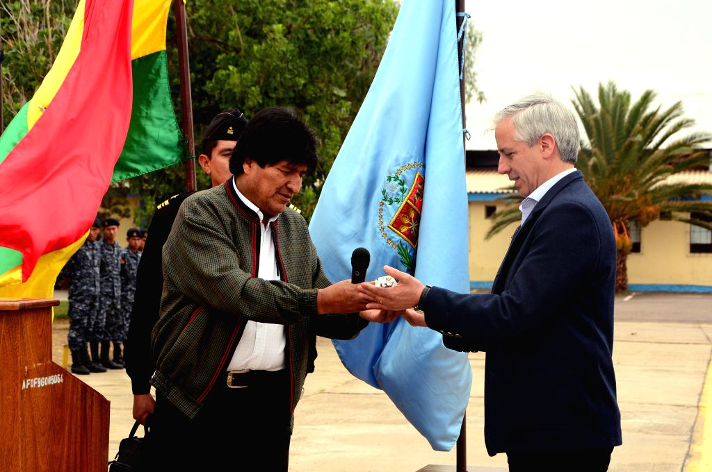 Bolivia's President Evo Morales (L) hands the baton to Bolivian Vice President Alvaro Garcia Linera (R), prior to his travel to Europe, at Wilstermann ...