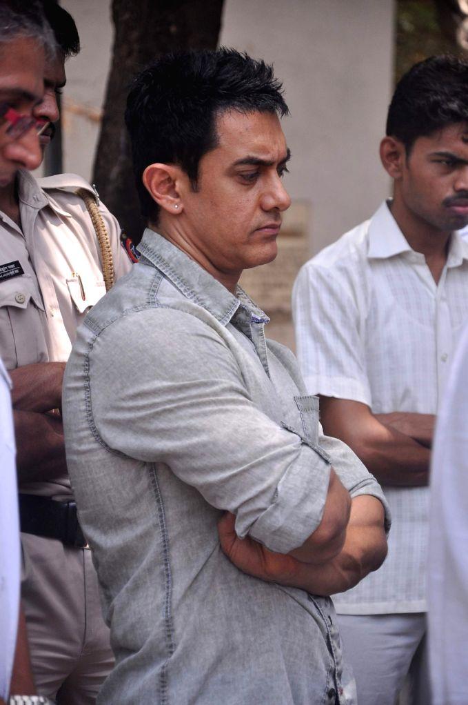 Bollywood actor Aamir Khan at Rajkumar Hirani's father's funeral Municipal Hindu Cemetery in Santacruz Mumbai, India. - Aamir Khan