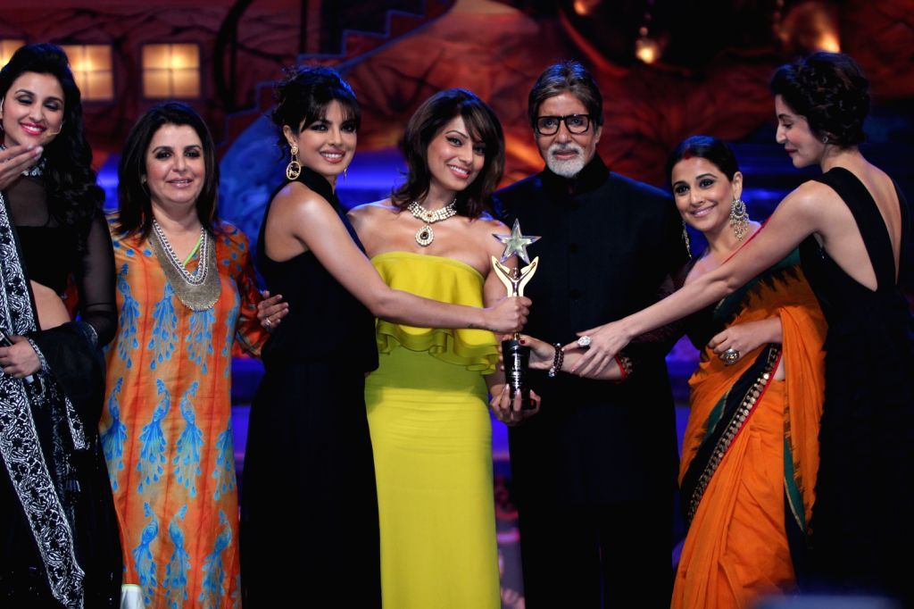 Bollywood actor Amitabh Bachchan kissing the leading ladies of bollywood at Max Stardust Awards in Mumbai.