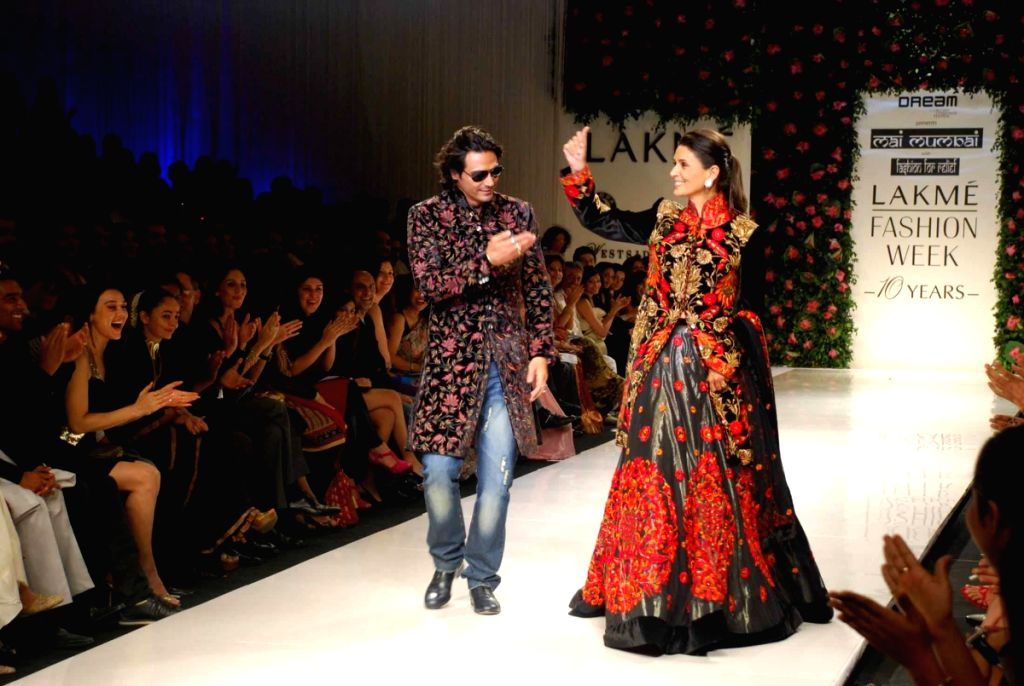 Bollywood actor Arjun Rampal with model wife Mehr Jessia on the ramp for 'Mai Mumbai' Show at Lakme fashion week 2009. - Arjun Rampal