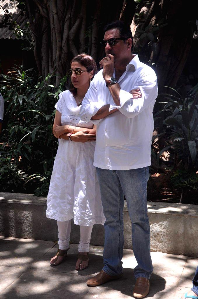 Bollywood actor Boman Irani with his wife Zenobia at Rajkumar Hirani's father's funeral Municipal Hindu Cemetery in Santacruz Mumbai, India. - Boman Irani