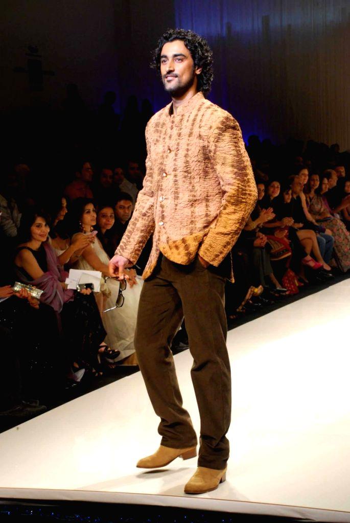 Bollywood actor Kunal Kapoor on the ramp for 'Mai Mumbai' Show at Lakme fashion week 2009. - Kunal Kapoor
