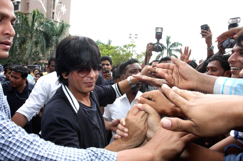Bollywood actor Shahrukh Khan celebrates 67th Independence Day with fans while promoting his film Chennai Express in Mumbai on August 15, 2013. (Photo::: IANS)