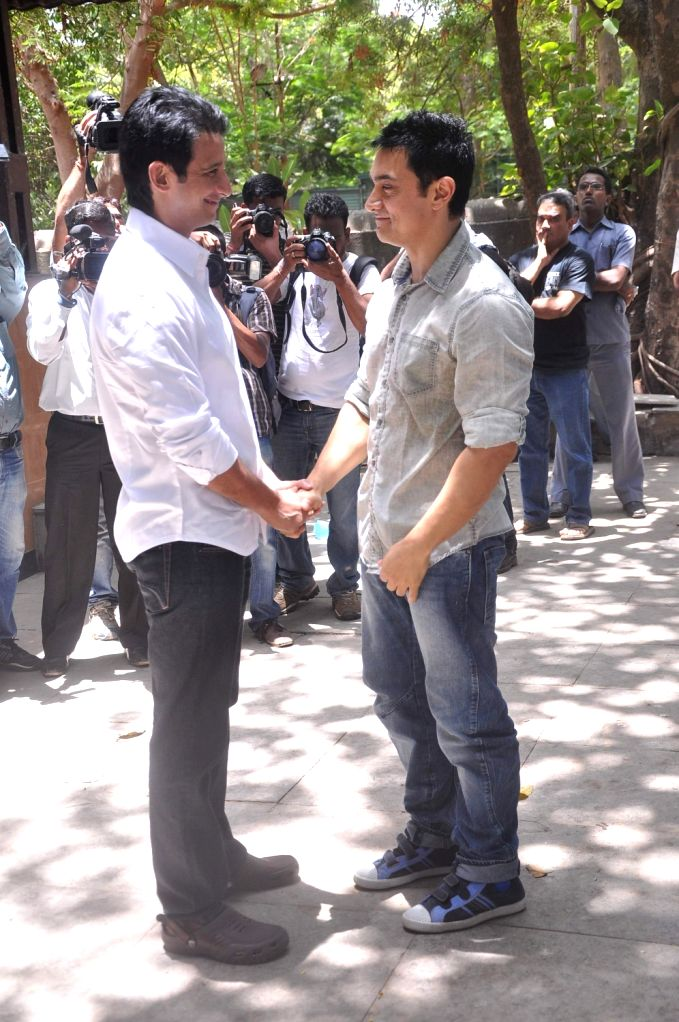 Bollywood actor Sharman and Bollywood actor Aamir Khan Joshi at Rajkumar Hirani's father's funeral Municipal Hindu Cemetery in Santacruz Mumbai, India. - Sharman and Aamir Khan Joshi