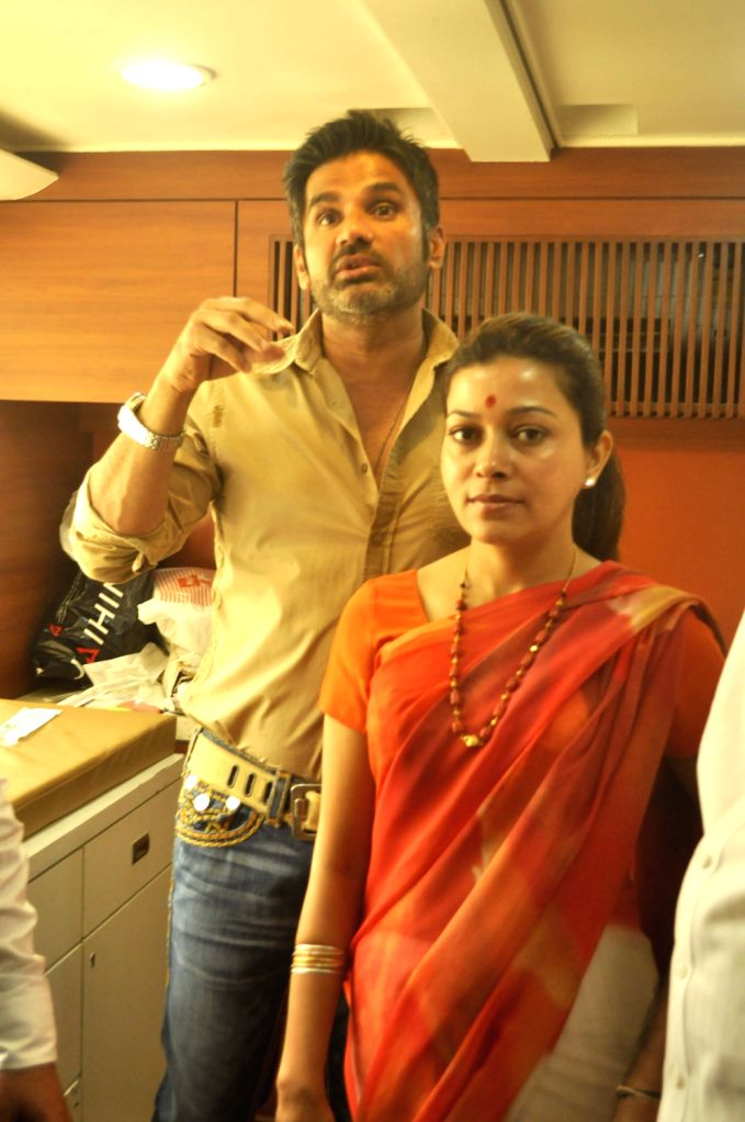 Bollywood actor Suniel Shetty with Sangita Sachin Ahir at a cancer detection drive by Prashanti Cancer Care Mission organised by Sankalp Pratishthan on 2nd of February 2013 in Mumbai. (Photo: Sandeep