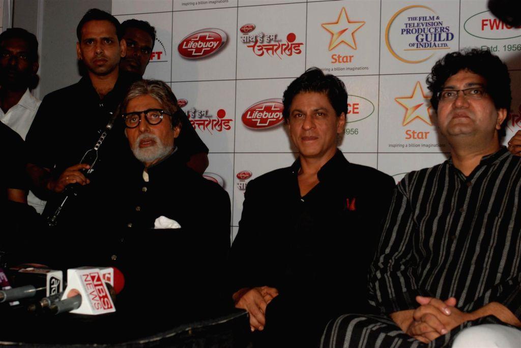 Bollywood actors Amitabh Bachchan, Shahrukh Khan and songwriter, Prasoon Joshi during the Star India`s `Saath Hain Hum Uttarakhand` 7-hour programme in Mumbai on August 15, 2013. (Photo::: IANS) - Amitabh Bachchan, Shahrukh Khan and Prasoon Joshi