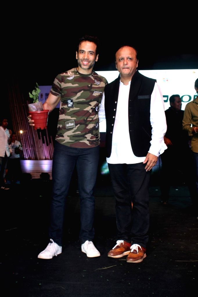 Bollywood actors Tusshar Kapoor and Asif Bhamla, President Bhamla Foundation during a program to celebrate world environment day organized by Bhamla Foundation and MCGM in Mumbai, on June 5, ... - Tusshar Kapoor and Asif Bhamla
