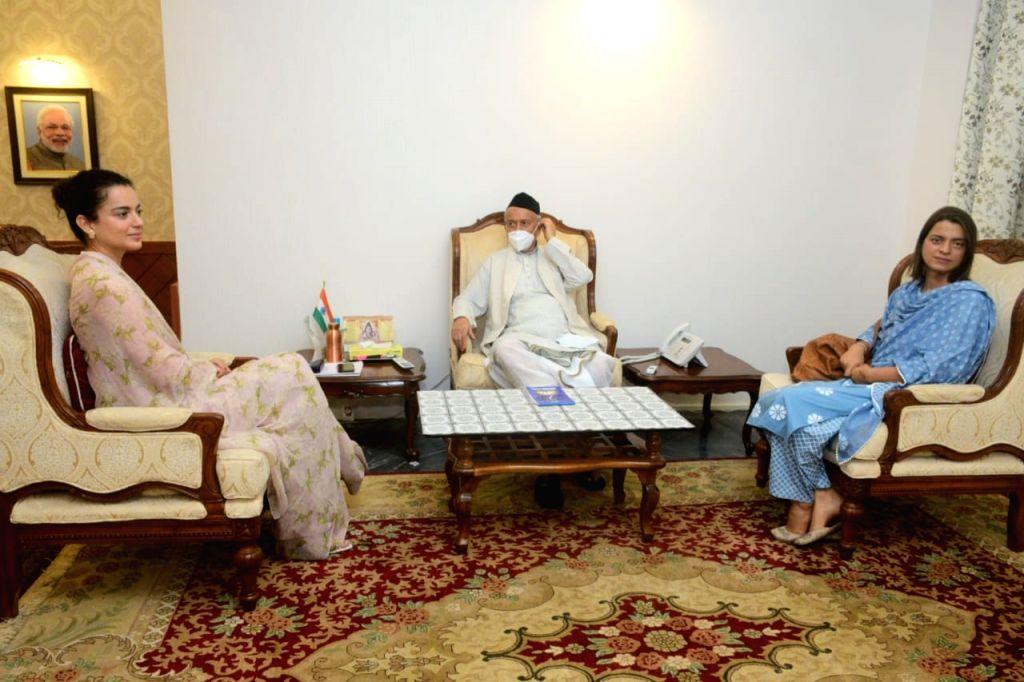 Bollywood actress Kangana Ranaut & her sisiter met Maharashtra Governor Bhagat Singh Koshyari at Raj Bhavan, here on Sunday afternoon. - Kangana Ranaut and Bhagat Singh Koshyari