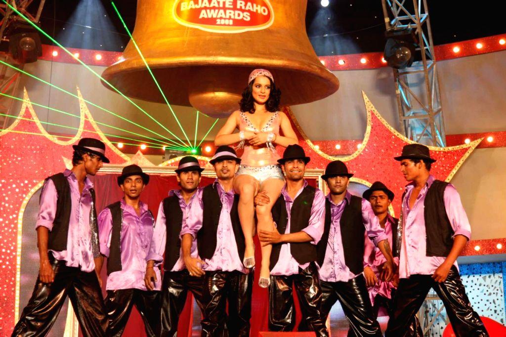 Bollywood actress Kangana Ranaut performing at the Red Fm Bajaate Raho Awards.