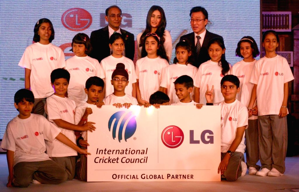 "Bollywood actress Kareena Kapoor with the winners of ""LG Lead XI"" Contest, in New Delhi on Thursday 28 May 2009."