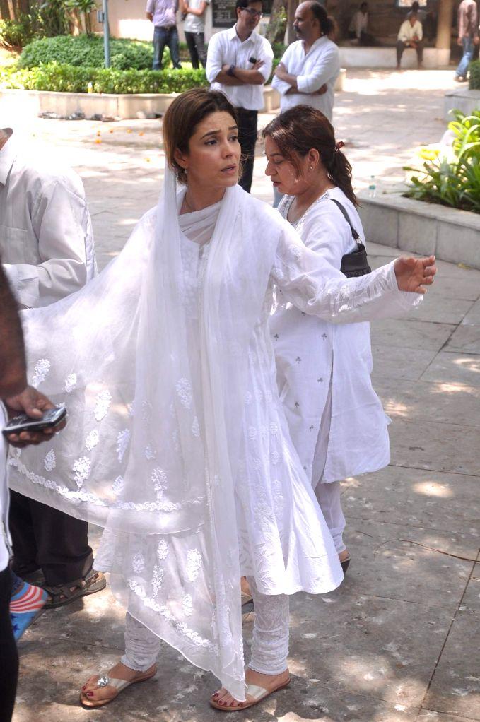 Bollywood actress Raageshwari at Rajkumar Hirani's father's funeral Municipal Hindu Cemetery in Santacruz Mumbai, India. - Raageshwari