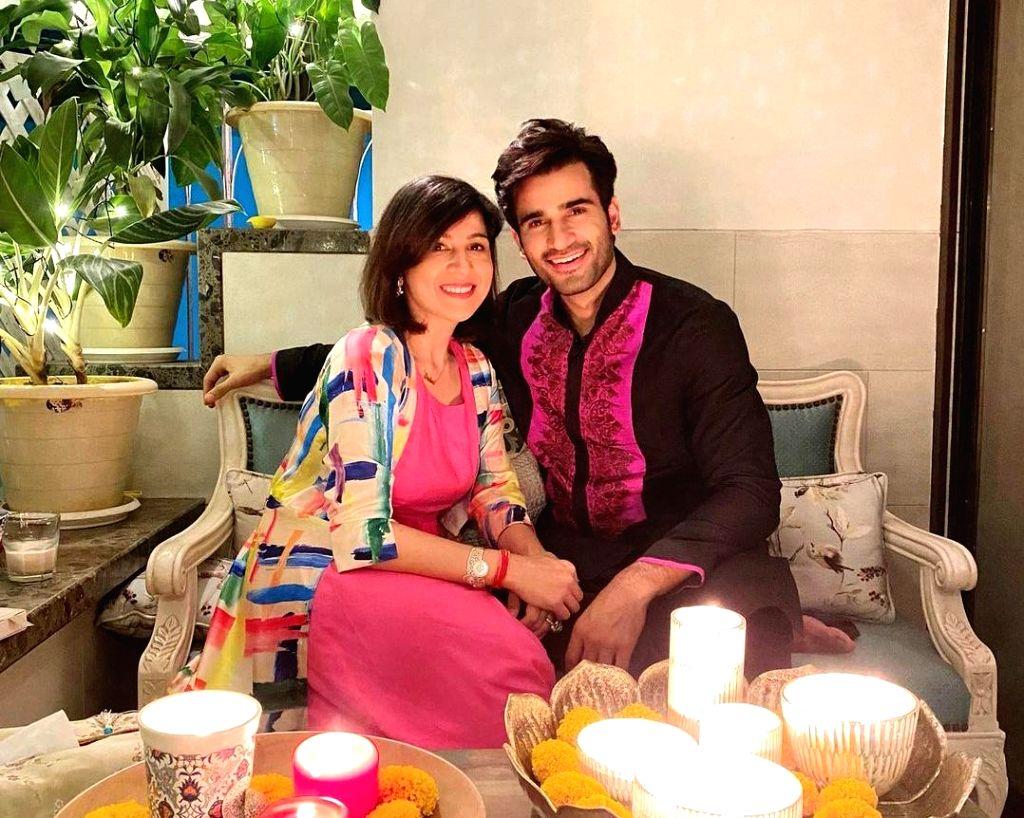 Bollywood celebs extend Bhai Dooj greetings.