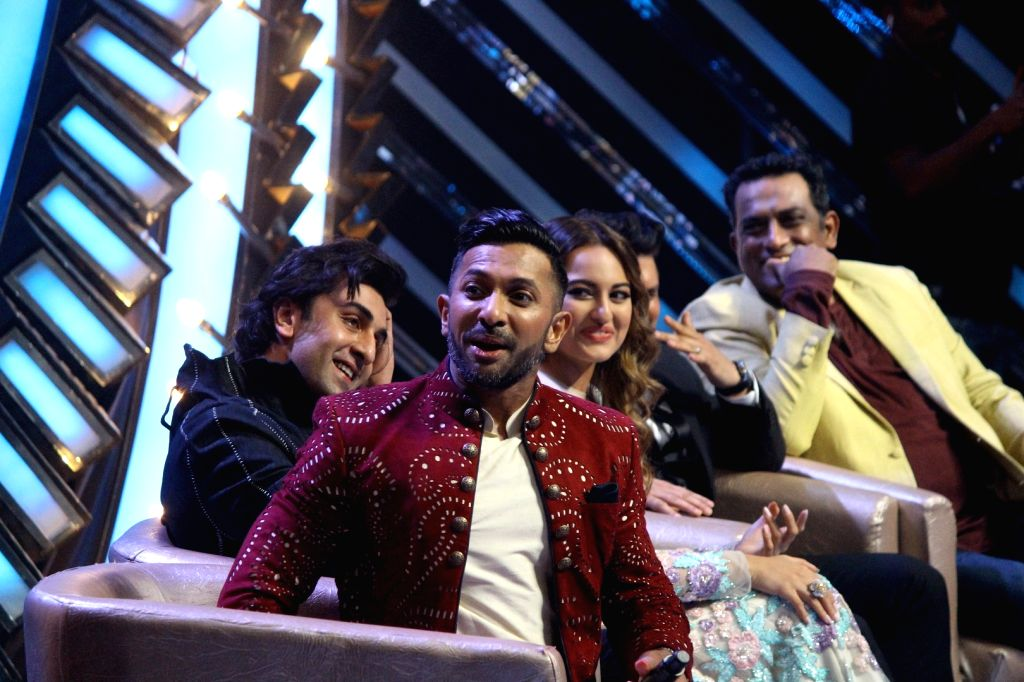 Bollywood choreographer Terence Lewis, actors Ranbir Kapoor, Sonakshi Sinha and Anurag Basu during the promotion of film Jagga Jasoos on the sets of on the sets of Star Plus TV show Nach ... - Ranbir Kapoor, Sonakshi Sinha and Anurag Basu