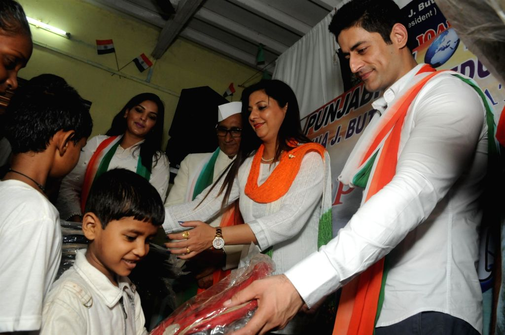 Bollywood singer Ramji Gulati and Television actor Mohit Raina during a cause to organzie lunch for orphans children on the occasion of Independence Day in Mumbai on August 15, 2013. (Photo::: IANS)