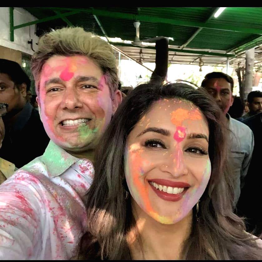 Bollywood wishes fans on Holi