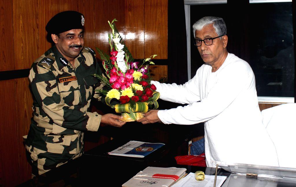 Border Security Force Deputy Inspector General MF Farooqui calls on Tripura Chief Minister Manik Sarkar in Agartala, on Dec 11, 2015. - Manik Sarkar