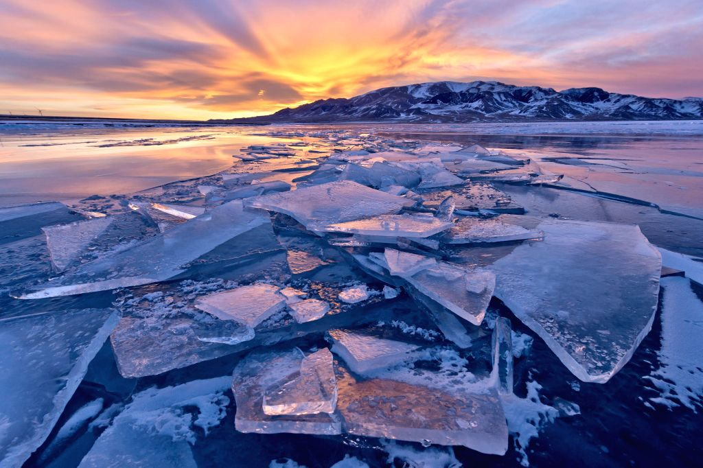 Photo taken on Jan. 2, 2014 shows the scenery of the icy Sayram Lake in Mongolian Autonomous Prefecture of Bortala, northwest China's Xinjiang Uygur Autonomous ...