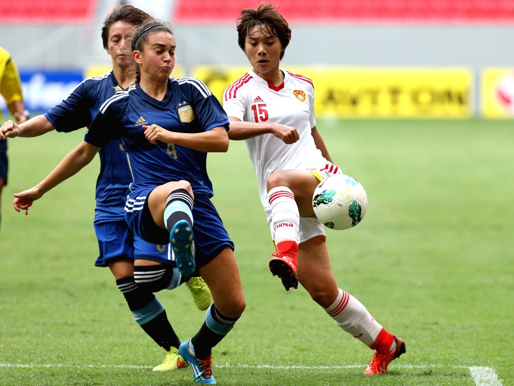 China's Wang Shuang (R) breaks through during a match between China and Argentina of the 2014 International Women's Football Tournament of Brasilia in Brasilia, ...