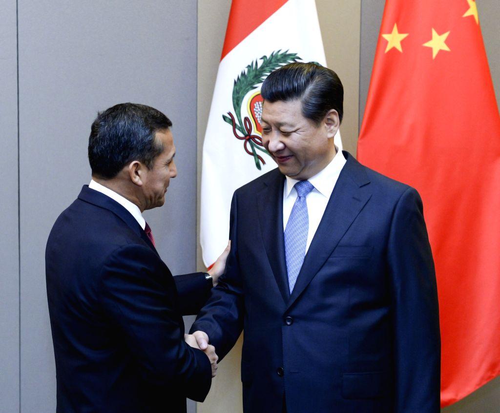 Chinese President Xi Jinping (R) meets with Peruvian President Ollanta Humala in Brasilia, Brazil, July 16, 2014.