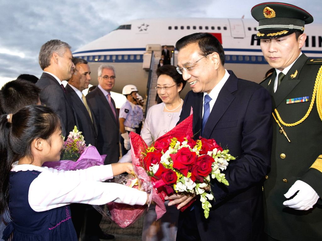 Chinese Premier Li Keqiang (2nd R) and his wife Cheng Hong (3rd R) arrive in Brasilia on May 18, 2015 for an official visit to Brazil at the invitation of Brazilian ...