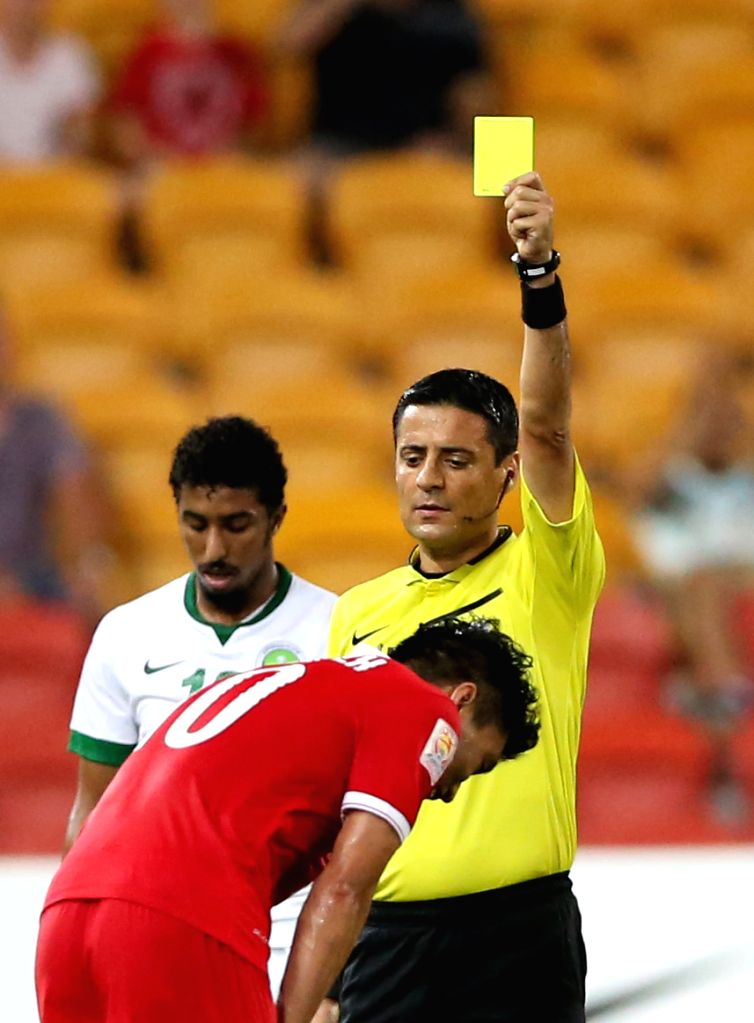 Zheng Zhi (front) of China gets a yellow card during a Group B match against Saudi Arabia at the AFC Asian Cup in Brisbane, Australia, Jan. 10, 2015. (Xinhua/Guo ..
