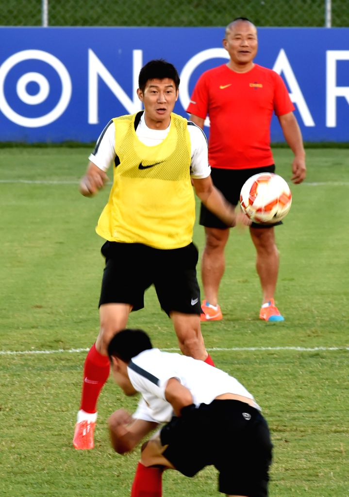 Chinese player Yu Hai (C) attends a training session in Brisbane, Australia, Jan. 20, 2015. China and Australia will confront each other in the quarterfinal of the .